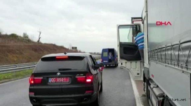 Bulgaristan'da kuyrukta bekleyen TIR şoförlerinin yardımına Türk Elçiliği koştu